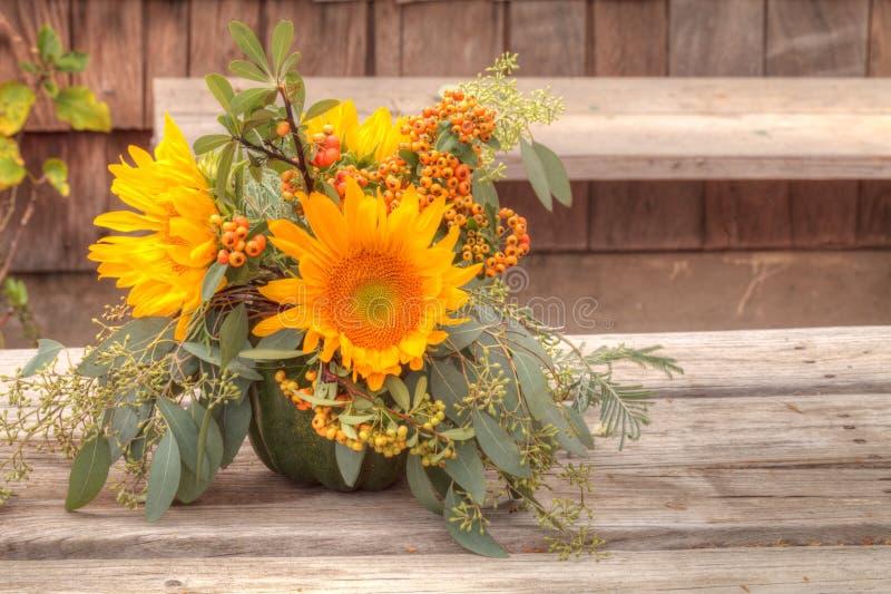 Mazzo del fiore di festa dentro un vaso della zucca fotografie stock libere da diritti