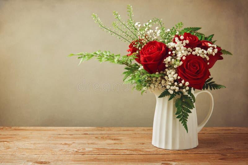 Mazzo del fiore di Rosa sulla tavola di legno con lo spazio della copia fotografia stock