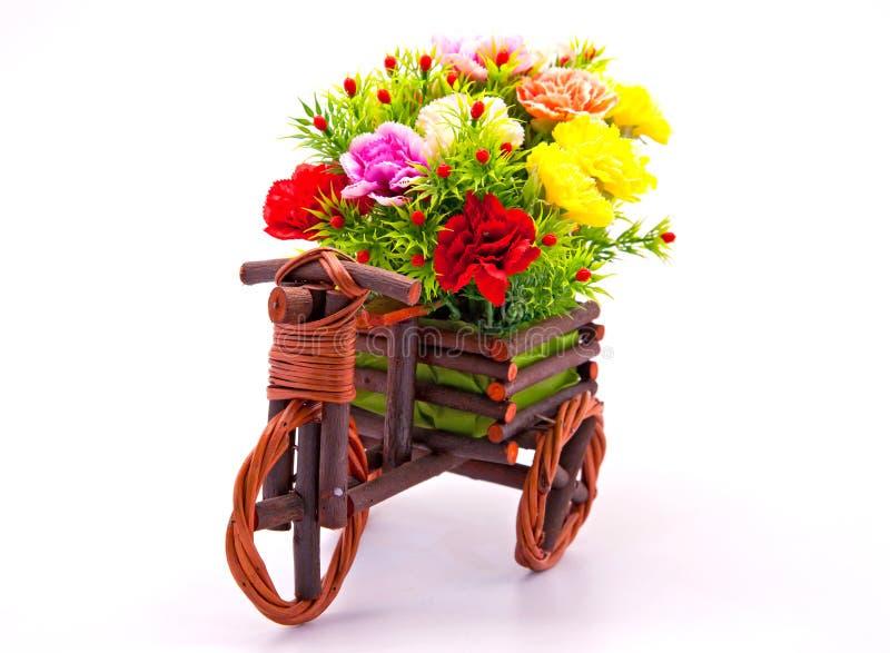Mazzo del fiore nel cestino di legno dell'automobile immagini stock