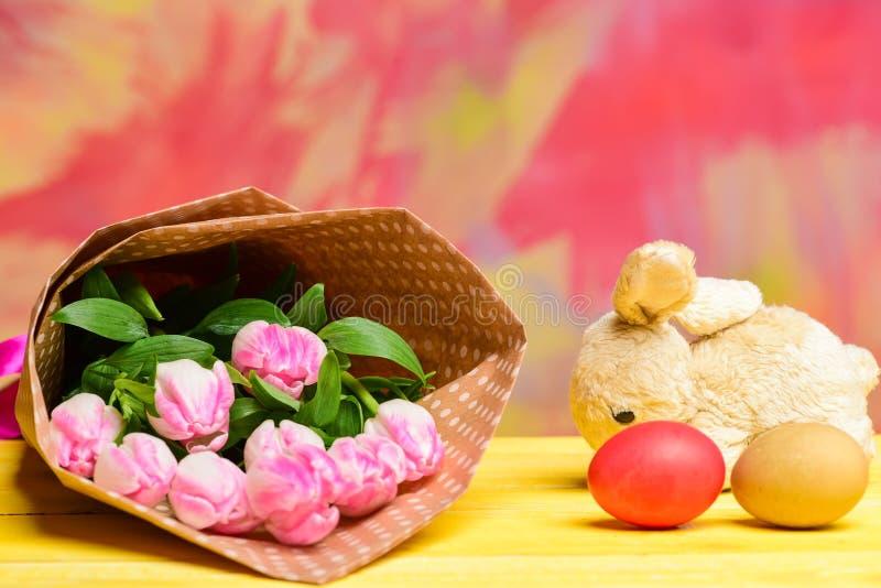 Mazzo del fiore del tulipano Festa sana e felice uova e coniglio di coniglietto dipinti Caccia dell'uovo Pasqua felice Festa dell immagine stock libera da diritti