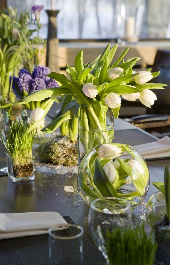 Mazzo del tulipano e del giacinto in vaso di vetro. immagini stock