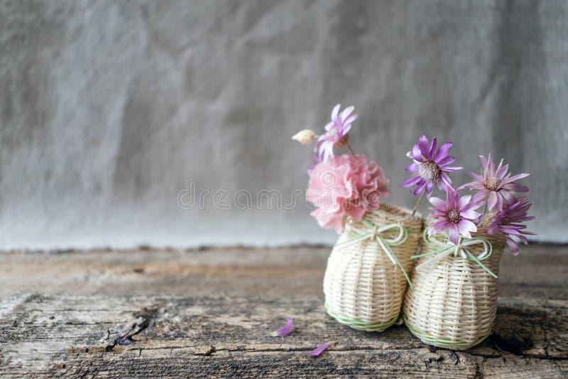 Mazzo delicato dei wildflowers porpora e rosa nel MI decorativo immagine stock libera da diritti
