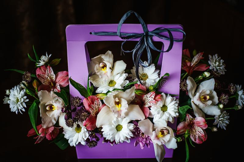 Mazzo delicato e bello del regalo dei fiori in un canestro porpora di cortonal Primo piano Fiori immagine stock libera da diritti