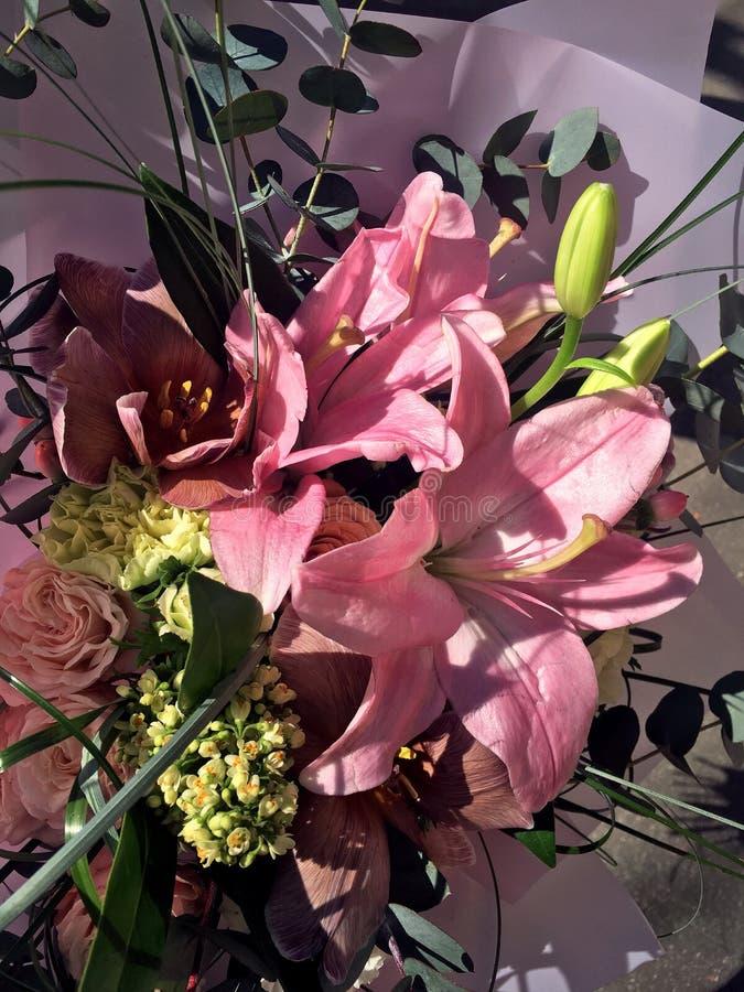 Mazzo della primavera dei fiori variopinti misti Il mazzo compreso i tulipani, spruzzo dei fiori è aumentato, giglio rosa Bei fio immagine stock libera da diritti