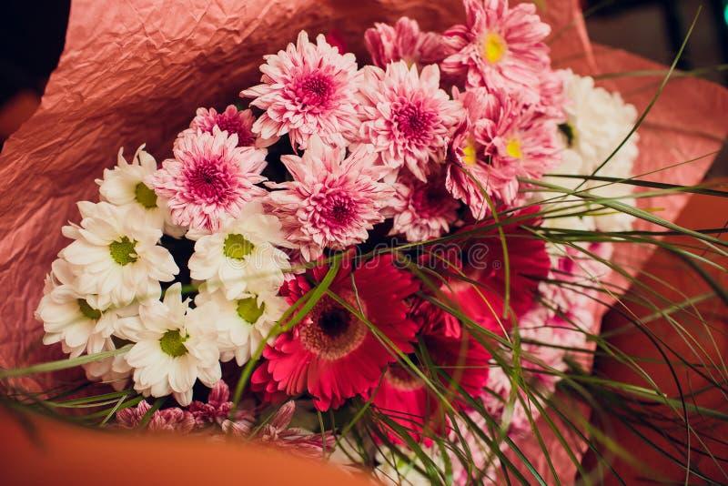 Mazzo della tenuta della ragazza di blogger di fiori al mercato del fiore Concetto di Blogging immagini stock
