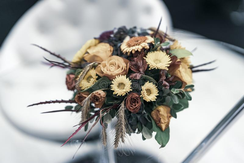Mazzo delle foglie di autunno, rose, aster, orecchie nelle tonalità di caduta Composizione in autunno del fiore fotografie stock libere da diritti
