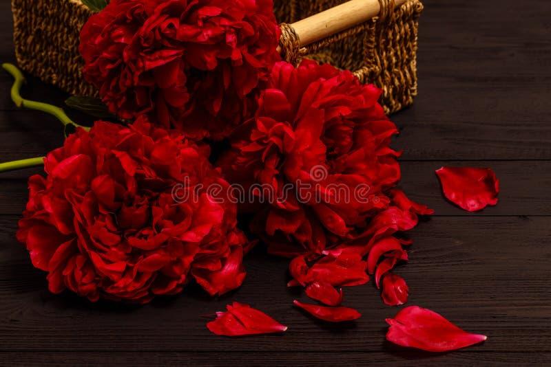 Mazzo delle peonie, belle peonie su un vecchio fondo di legno Interno con i fiori Retro stile dell'annata fotografia stock libera da diritti