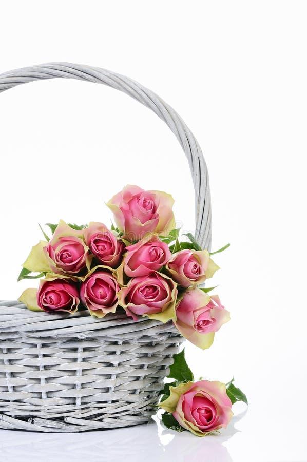 Mazzo delle rose dentellare in cestino fotografia stock libera da diritti