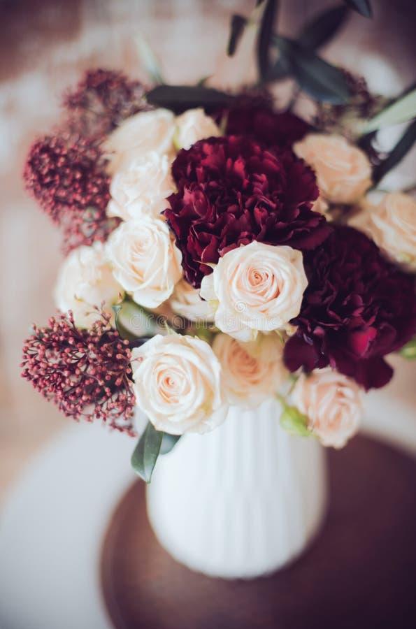 Mazzo delle rose e dei garofani fotografia stock libera da diritti