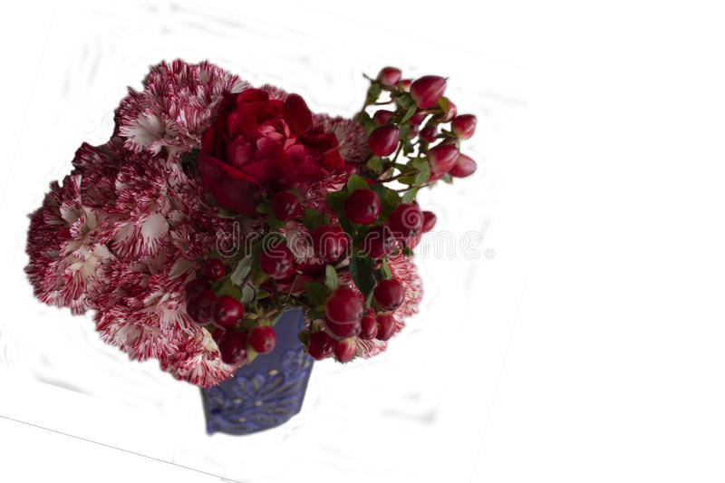 Mazzo delle rose, garofani, crespino in vaso blu fotografia stock