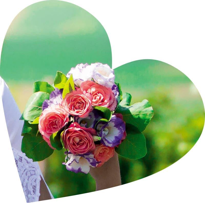 Mazzo delle rose rosse della sposa nel cuore fotografia stock libera da diritti