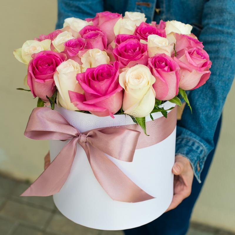 Mazzo delle rose in una scatola fotografie stock