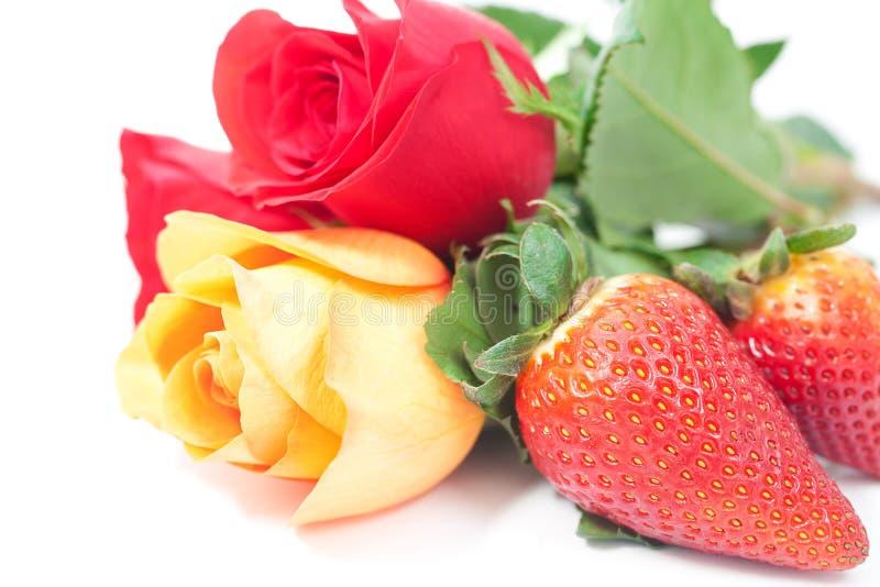 Mazzo delle rose variopinte e della fragola fotografia stock