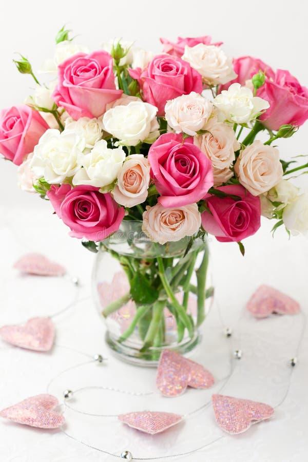 Mazzo delle rose in vaso immagini stock libere da diritti