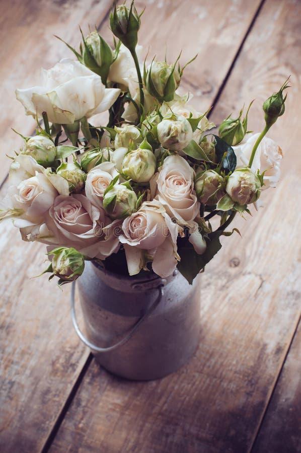 Mazzo delle rose in vaso del metallo fotografie stock libere da diritti
