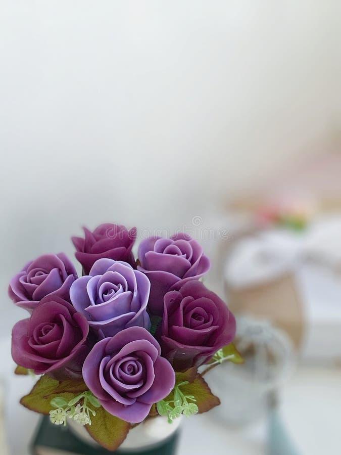 Mazzo delle rose viola su fondo vago fotografie stock