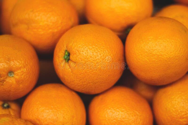 Mazzo di arance fresche sul mercato, pila di arance fotografia stock