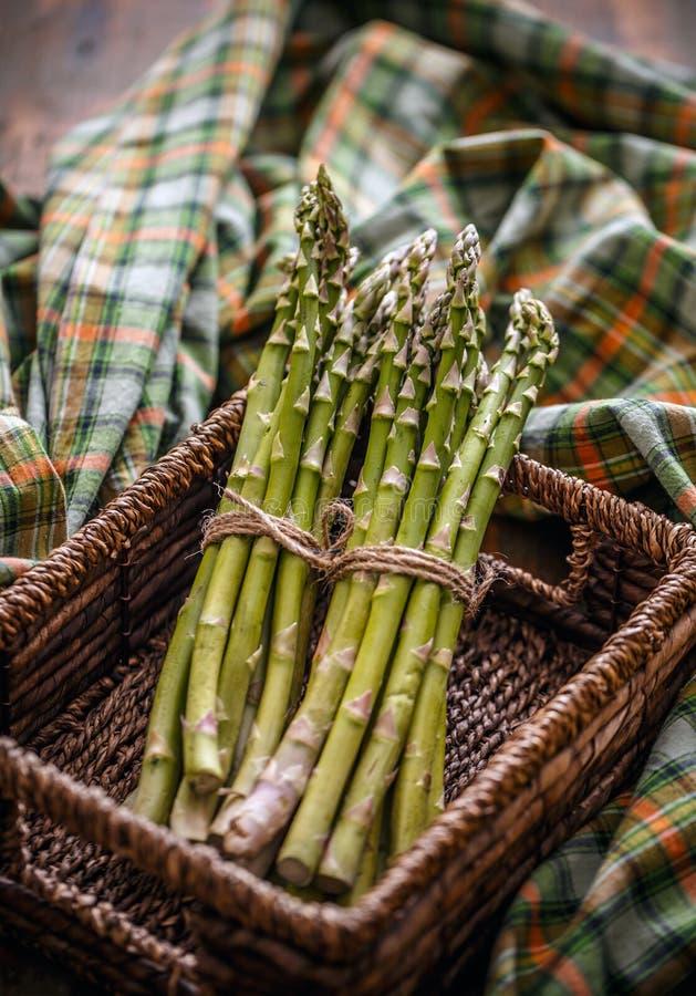 Mazzo di asparago crudo fresco immagine stock libera da diritti