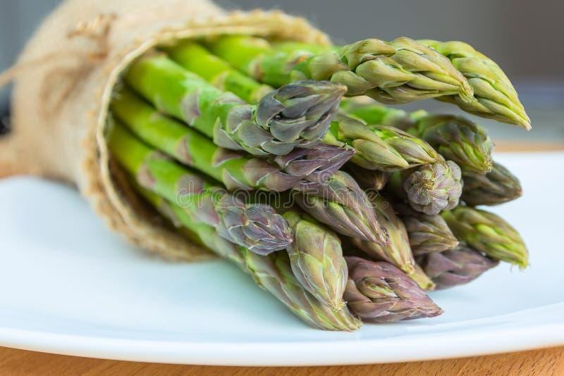 Mazzo di asparago fresco sulla tavola di legno fotografia stock