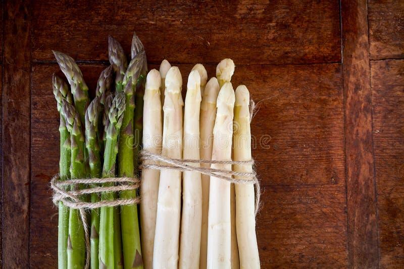 Mazzo di asparago verde e bianco su fondo di legno fotografia stock