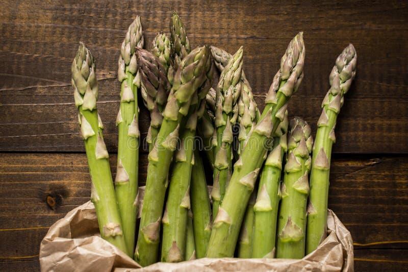 Mazzo di asparago verde fresco in sacco di carta Copi lo spazio fotografie stock libere da diritti