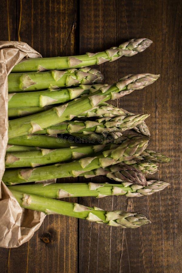 Mazzo di asparago verde fresco in sacco di carta Copi lo spazio immagini stock
