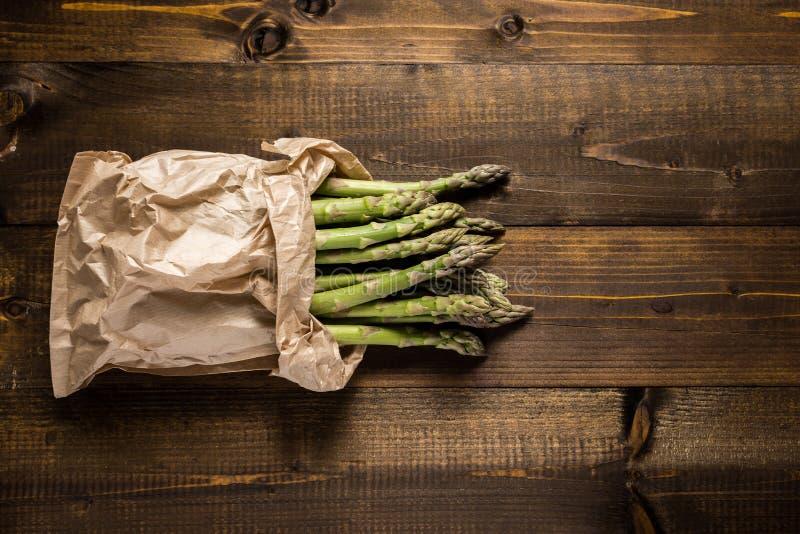 Mazzo di asparago verde fresco in sacco di carta Copi lo spazio fotografia stock libera da diritti