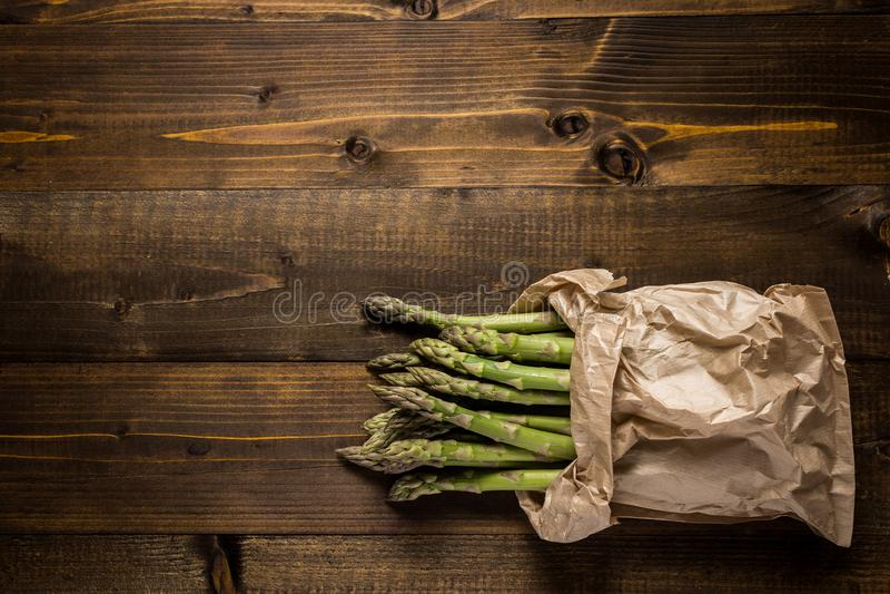 Mazzo di asparago verde fresco in sacco di carta Copi lo spazio fotografia stock