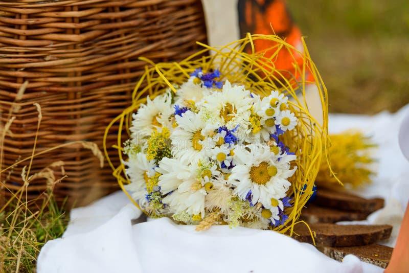 Mazzo di bei fiori con copyspace immagini stock