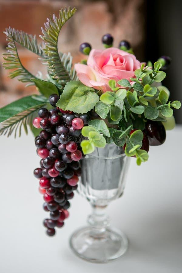 Mazzo di bei fiori ed uva misti in vaso Mazzo di fiori adorabile Lavoro del fiorista professionista Wedding o della casa fotografia stock libera da diritti