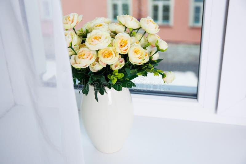 Mazzo di bei fiori rosa in vaso ceramico su una finestra fotografia stock libera da diritti