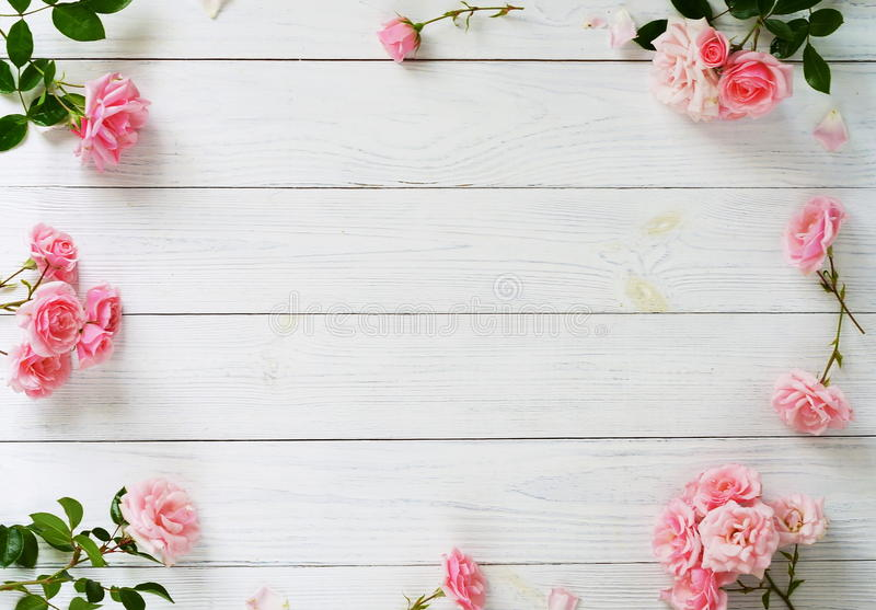 Mazzo di bei rose e regalo rosa nel rosa che ingrassa fondo di legno bianco Vista superiore Copi lo spazio fotografie stock libere da diritti