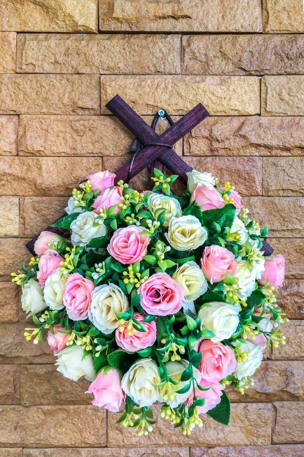 Mazzo di bella Rose Floral Hanging rosa e bianca artificiale sul muro di mattoni per l'interno immagini stock libere da diritti