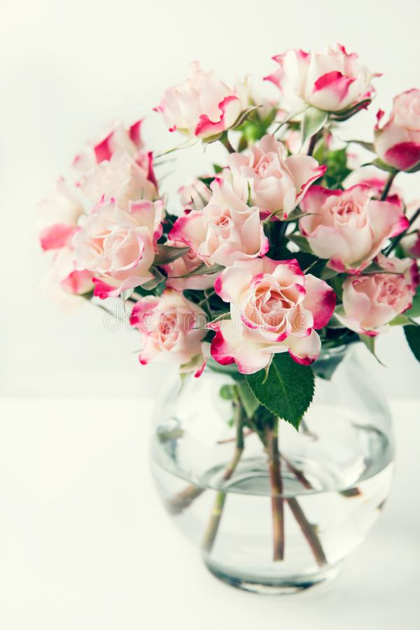 Mazzo di belle rose rosa bianche fotografia stock libera da diritti