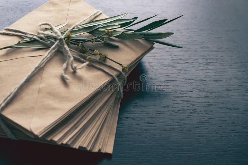 Mazzo di buste e di ramo di ulivo fotografia stock