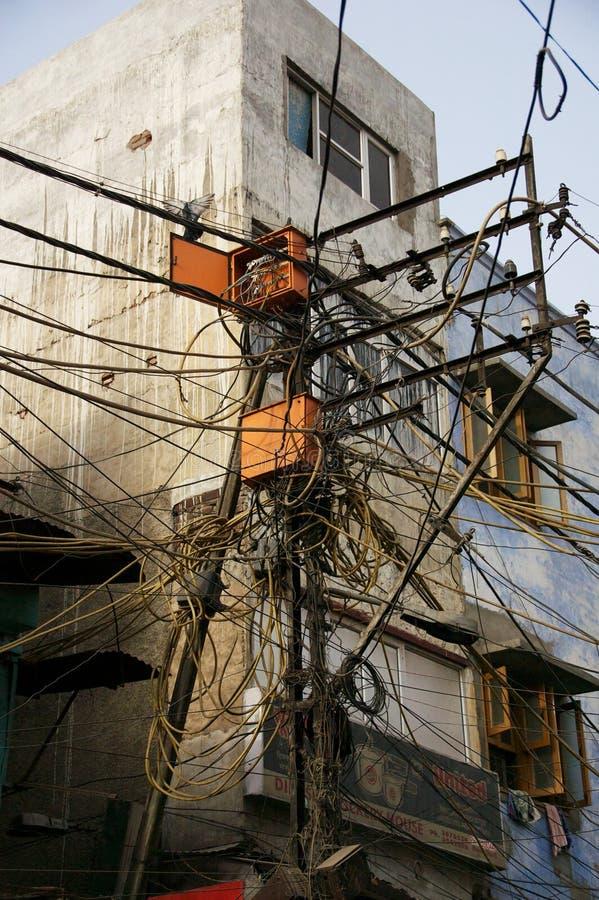Mazzo di cavi elettrici aggrovigliati a Nuova Delhi fotografia stock libera da diritti