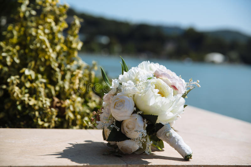 Mazzo di cerimonia nuziale Bride& x27; fiori di s fotografia stock libera da diritti