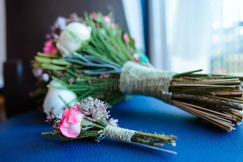 Mazzo di cerimonia nuziale con i fiori dentellare fotografie stock libere da diritti