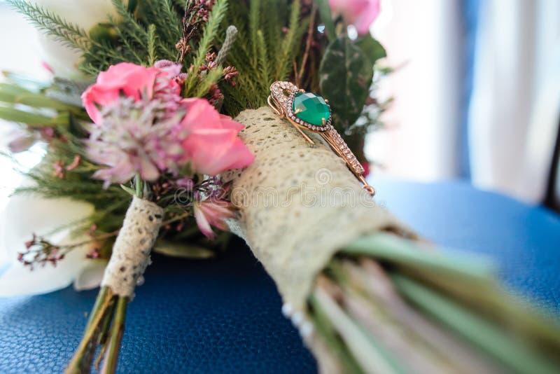 Mazzo di cerimonia nuziale con i fiori dentellare immagini stock libere da diritti