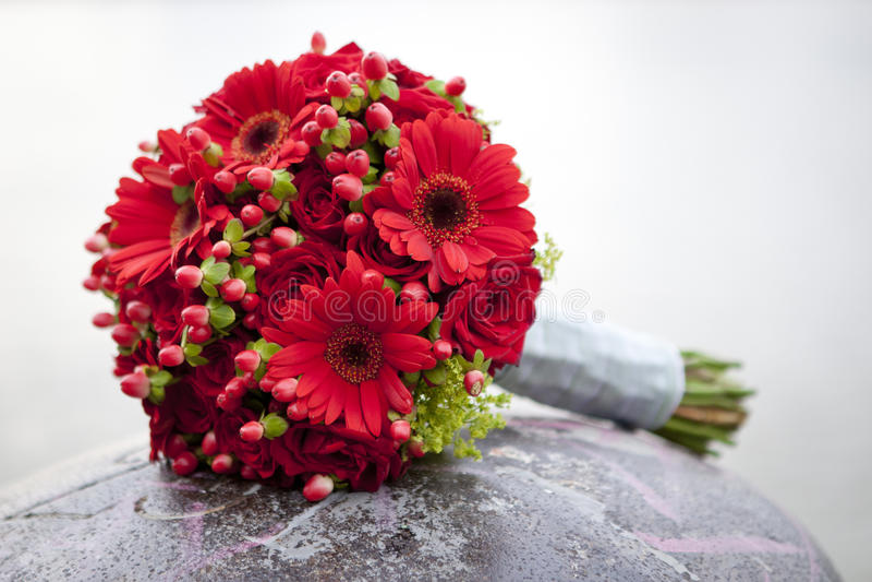 Mazzo di cerimonia nuziale con le rose e il herbera fotografia stock libera da diritti