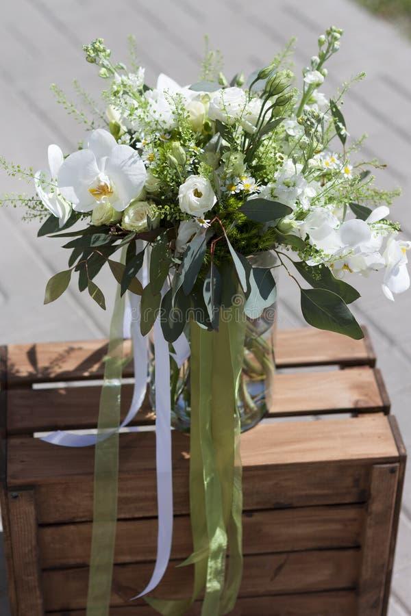 Mazzo di cerimonia nuziale dei fiori Fiore bianco Il mazzo sta su una scatola di legno fotografie stock libere da diritti