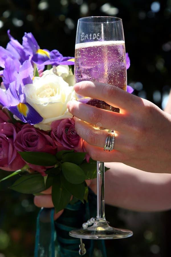 Mazzo di cerimonia nuziale e vetro di vino fotografia stock