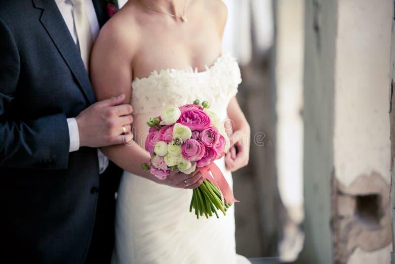 Mazzo di cerimonia nuziale nelle mani della sposa fotografia stock libera da diritti