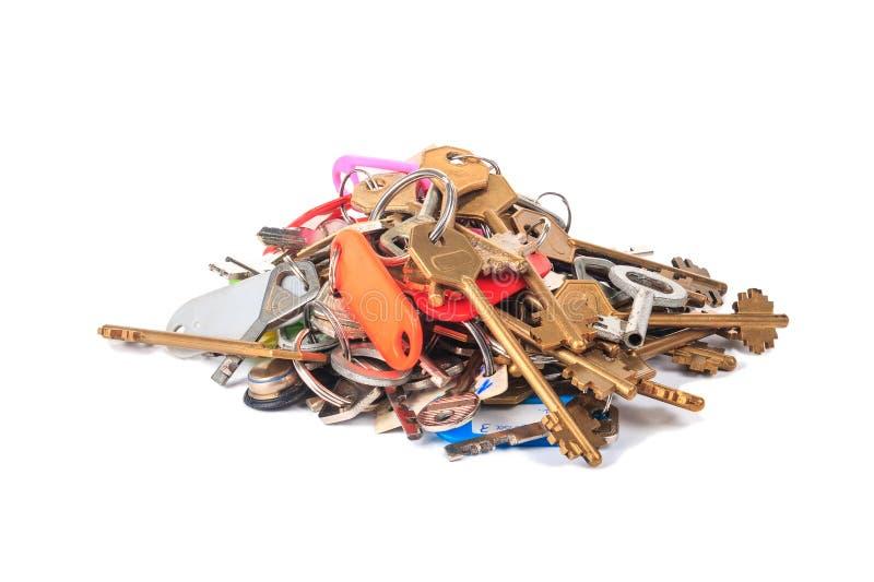 Mazzo di chiavi differenti con le etichette su un fondo bianco fotografia stock libera da diritti