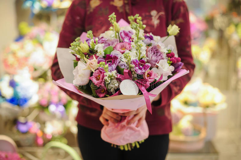 Mazzo di colori pastelli fatto delle orchidee, dei fiori di fresia, del garofano e del Limonium fotografia stock libera da diritti