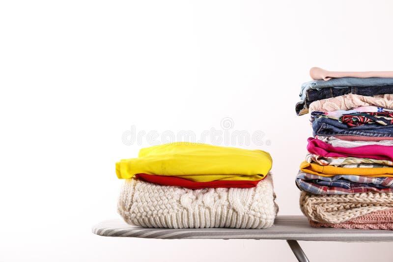 Mazzo di elementi variopinti differenti dell'abbigliamento piegati in pila immagini stock libere da diritti