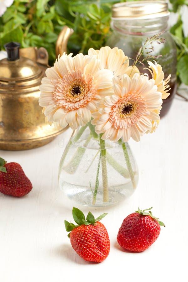 Mazzo di fiore del gerbera con la zolla delle fragole immagini stock libere da diritti
