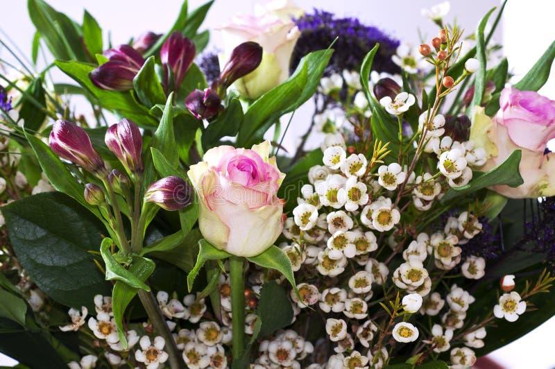 Mazzo di fiori con le rose ed il Alstroemeria fotografia stock