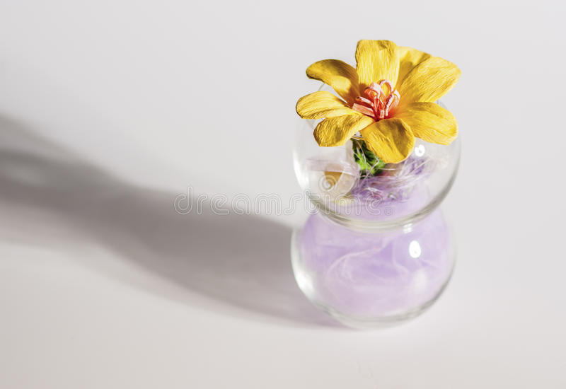 Mazzo di fiori decorativi artificiali sul vaso trasparente sui tum immagine stock