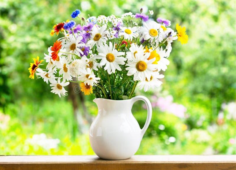 Download Mazzo di fiori di estate fotografia stock. Immagine di pianta - 56875982